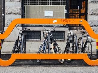 Fahrräder auf einem Parkplatz