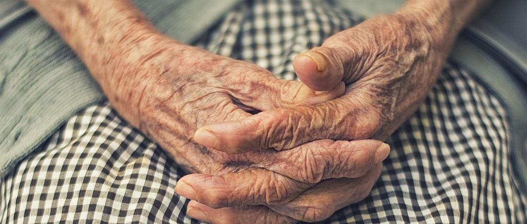 Armut: gefaltete Hände einer alten Frau