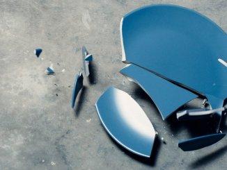 zerbrochener Teller - zerschlagenes Porzellan - gescheiterte Kommunikation