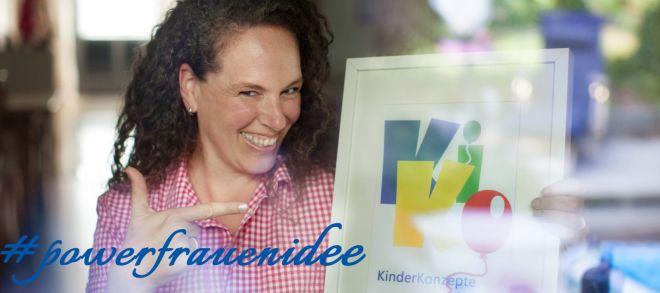 Simone zeigt auf KiKo Logo
