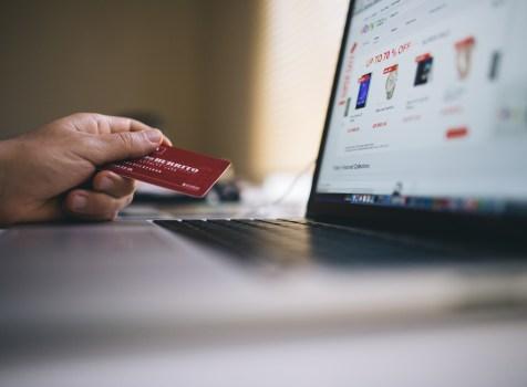 Jak najlepiej płacić w sklepach zagranicznych w obcej walucie?