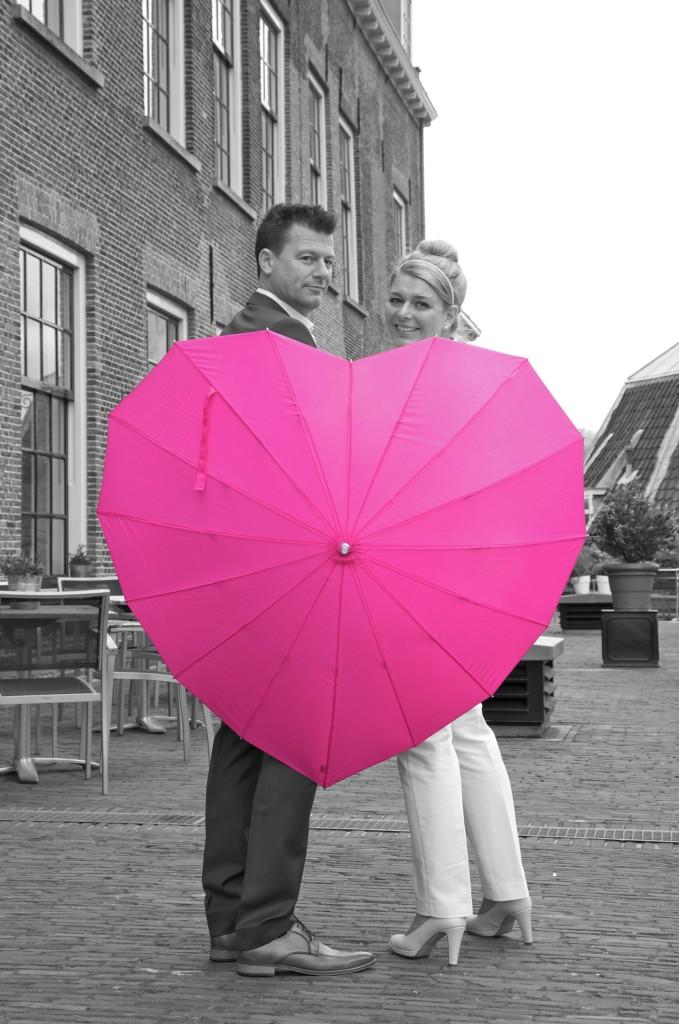 Intieme bruidsreportage Hans & Moon in Kasteel Woerden met roze hartjes paraplu.