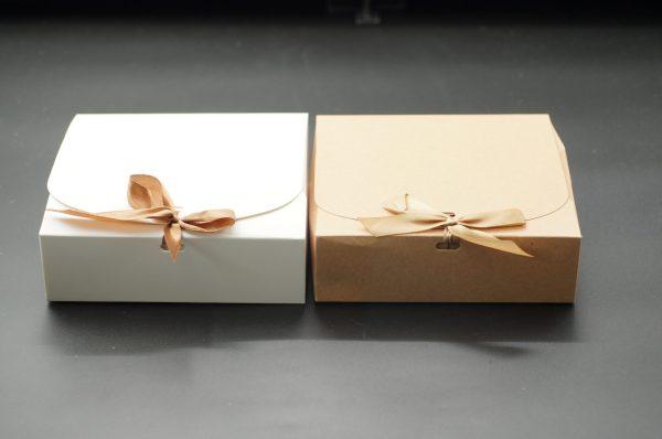 Κουτί Κορδέλα Άσπρο Κράφτ 16.5x16.5x5