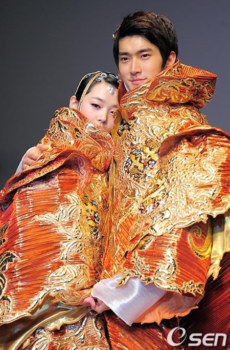 Kali ini Siwon dan Sulli menampilkan busana yang begitu mewah.