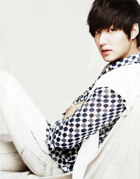 Lee Min Ho dengan baju rancangan Louis Vuitton dipadu Balmain Jeans yang memperlihatkan pinggangnya yang ramping. (Semir)