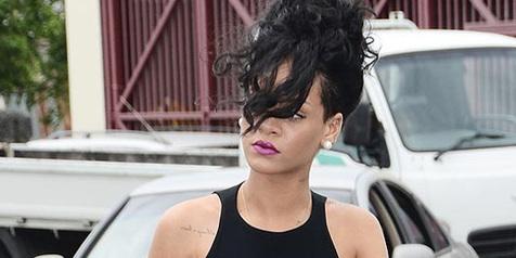 Muramnya Wajah Rihanna di Pemakaman Neneknya