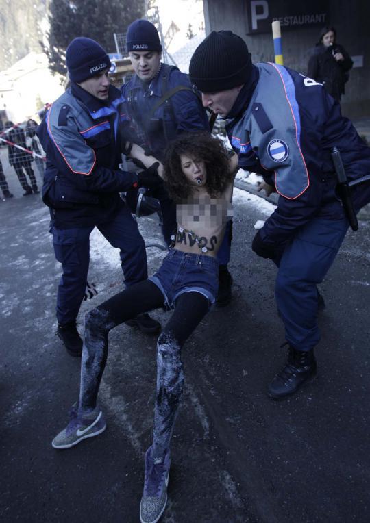 Para aktivis perempuan mengatasnamakan Femen menggelar aksi di luar pertemuan tahunan Forum Ekonomi Dunia (WEF) di Davos, Sabtu (26/1).