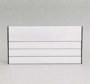 Skyriaus lentelė su 3 pavardėm, skirta nurodyti, kokių asmenų kabinetas ar skyrius tai yra