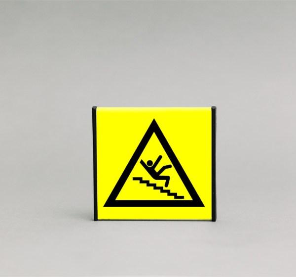 Slidžių laiptų įspėjamasis ženklas, kurio išmatavimai yra 93x93mm, skirtas įspėti apie slidžius arba stačius laiptus.
