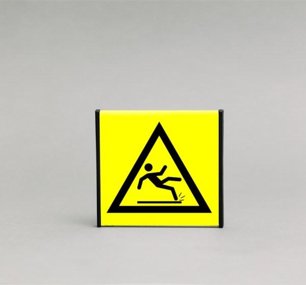 Slidžių grindų įspėjamasis ženklas, kurio išmatavimai yra 93x93mm, skirtas įspėti apie slidžias grindis.