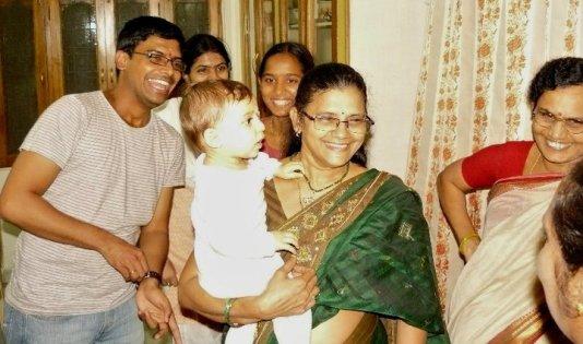 Pirmasis Augustės vakaras Indijoje. Neįprastas karštis lapkričio mėnesį, daugybė žmonių, per rankas keliaujantis kūdikis ir pasimetimas.