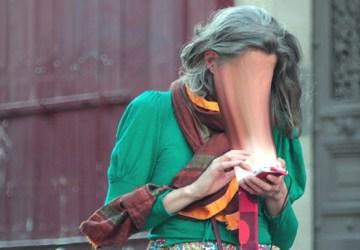 Aj vaša tvár je zväčša ponorená do mobilných telefónov? Takto to vidí známy umelec!