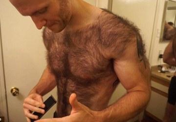 Kvôli súťaži si muž musel oholiť telo. Keď si vyzliekol tričko, prišiel poriadny šok!