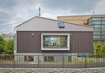 Navonok uzučký a útulný domček, no zvnútra ako krásna moderná rezidencia. Architektúra naberá na obrátkach