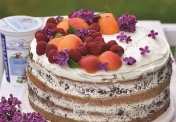 Maková torta s jogurtovým krémom, malinami a marhuľami