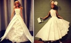 Muž vytvára z toaletného papiera krásne svadobné šaty pre Barbie. Z jeho výtvorov vám padne sánka dole!