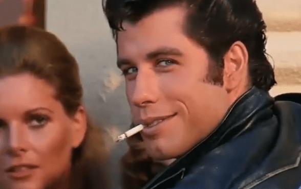 Sexy ako za starých čias! John Travolta, najväčšia hviezda Pomády, aj po 40 – tich rokoch opantáva ženy zvodnými pohybmi panvou! To musíte vidieť!