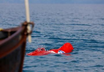 Nový rekord v Guinnessovej knihe: 64-ročný muž plával so zviazanými rukami aj nohami, pričom bol celý vo vreci!