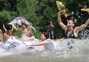 BIG JUMP: Ľudia na mnohých miestach v Európe hromadným skokom do vody upozornili na jej nedostatočnú ochranu