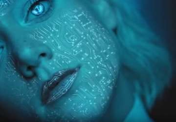 Emma Drobná prichádza s novou piesňou a futuristickým videoklipom