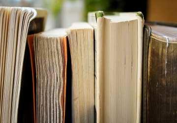 Akú knihu kúpiť pod stromček? Poradíme vám, čo sa hodí mame a ocovi, deťom i prarodičom