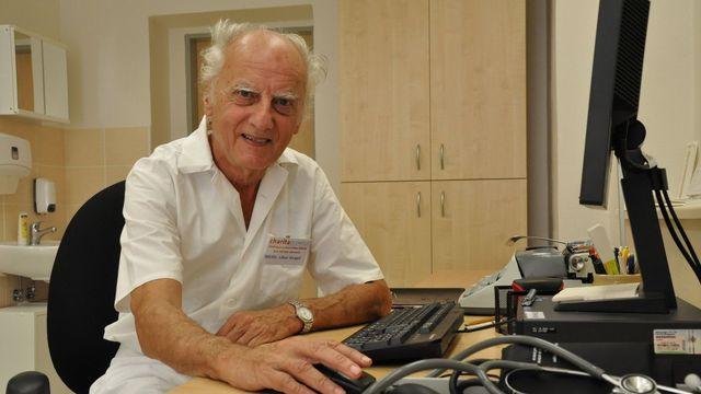 Mal 82 rokov a stále ordinoval. Český lekár poskytoval bezdomovcom zdravotnú starostlivosť