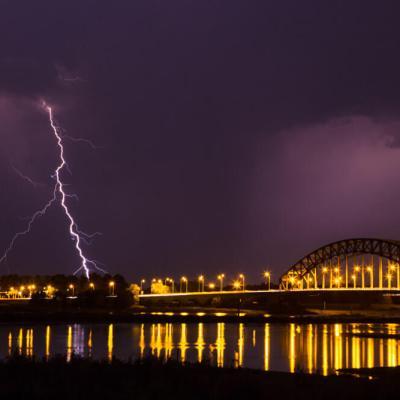 Bliksem bij de IJssel brug in Zwolle