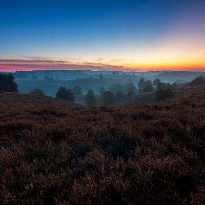 De heuvels van de posbank tijdens zonsopkomst