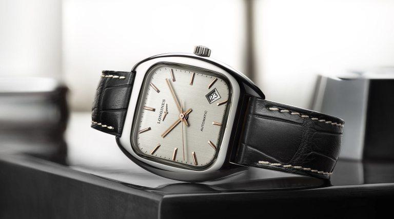 Reloj Longines Heritage con correas negras y caja cuadrada en color plateado con el dial blanco