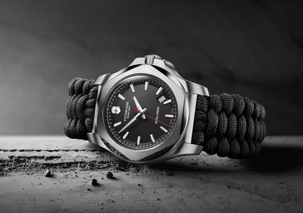 Reloj Victorinox en escala de grises con correas tejidas