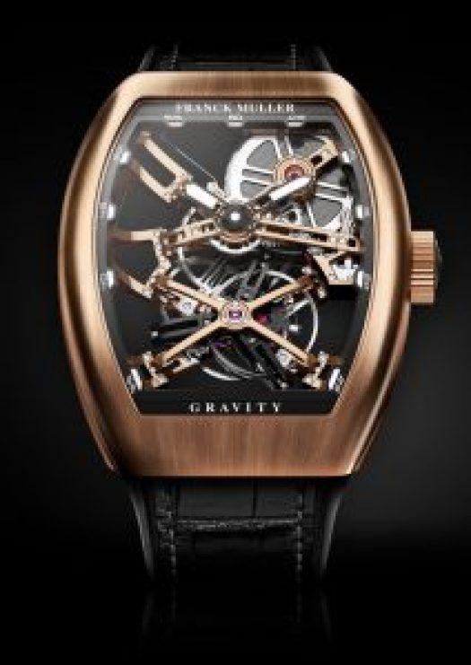 Reloj Franck Muller con correas negras y caja cuadrada en color dorado con el dial en forma esqueletizado