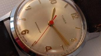 Caratula del reloj Timex V-Conic en color plateado con el dial blanco