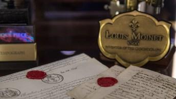 Placa de Louis Moinet de 1806 con papeles debajo