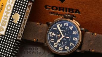 Reloj Pilot con correas en café y caratula en bronce con el dial en azul