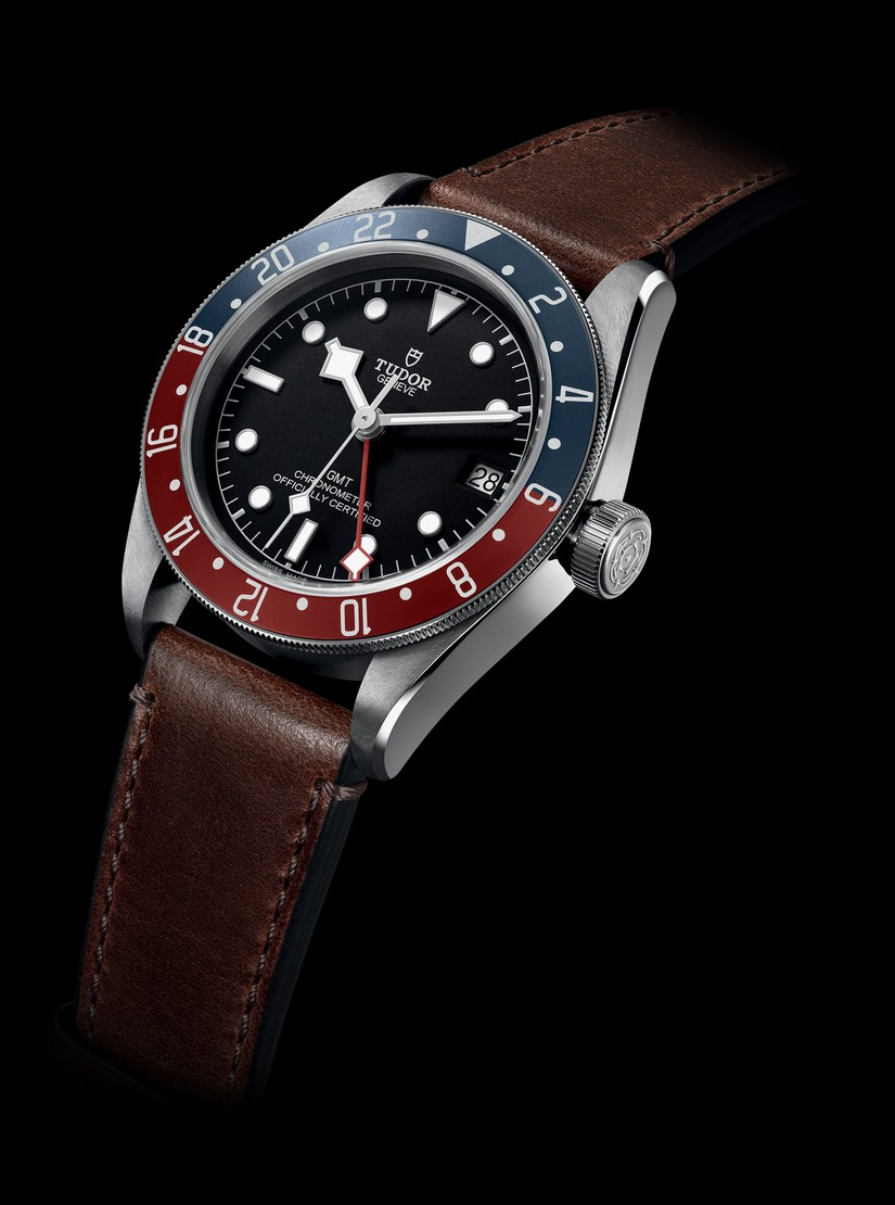 Reloj M79830RB con correas café y marco azul con rojo