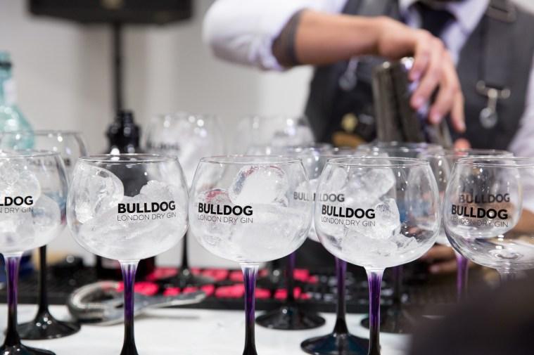 """Barman en el evento de Longines por el estreno de """"Back to the future of Quartz"""" con copas y hielos"""
