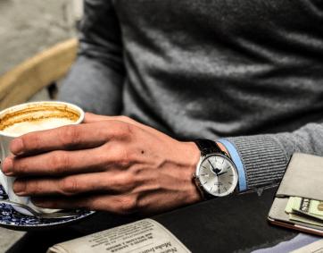 EDOX colaboracion Artworth Brothers mano izquierda tomando un café