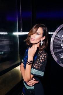 Mujer de pelo corto café en BGLAM Milan Fashion Week