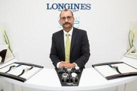 """Presentador con relojes en evento Longines en el estreno de """"Back to the future of Quartz"""""""