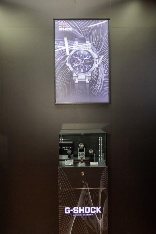 CASIO GSHOCK SIAR MX 2018 especial en mostrador del evento y cuadro con reloj color plata
