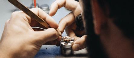 Relojero trabajando en taller Semper & Adhuc