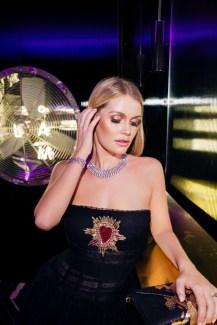 Modelo rubia con ventilador de fondo en BGLAM Milan Fashion Week