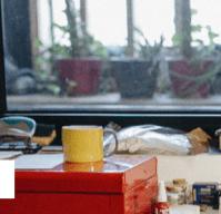 Taller Semper & Adhuc con taza amarilla encima de caja roja