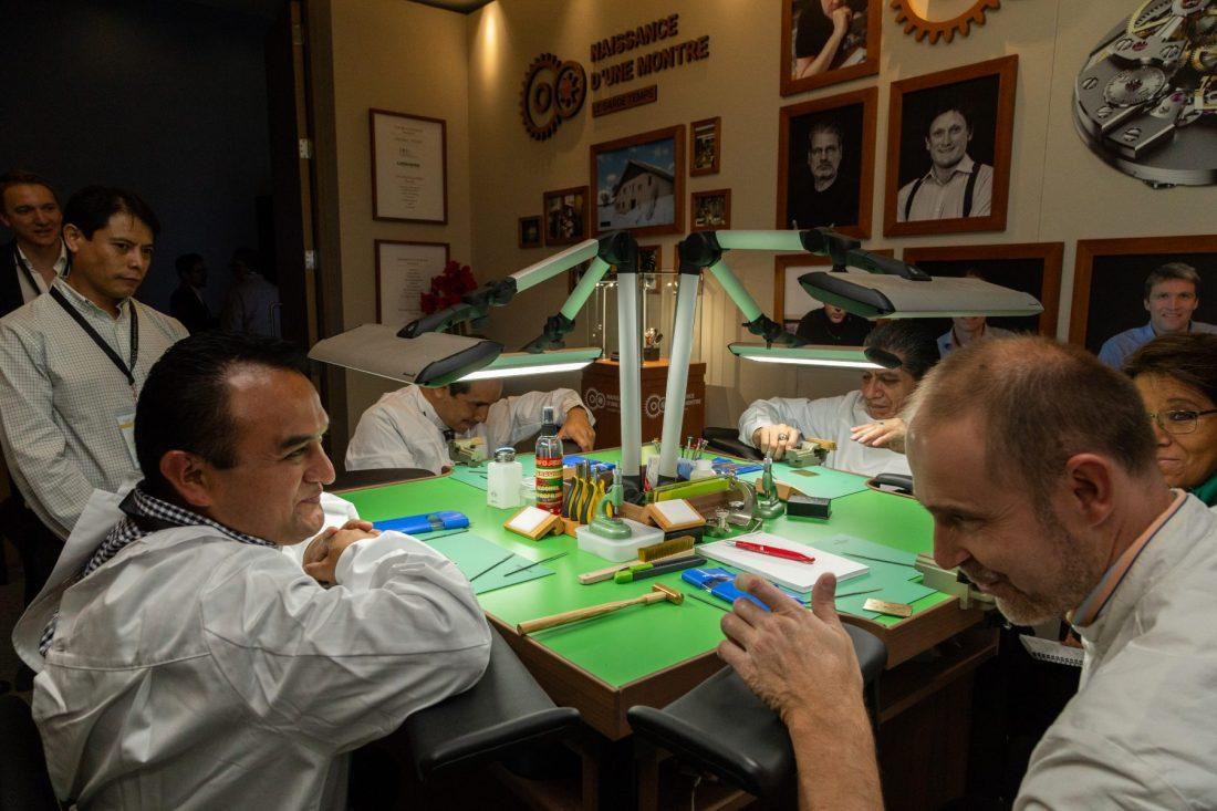 Talleres Time Aeon Foundation en México SIAR 2018 hombres conversando