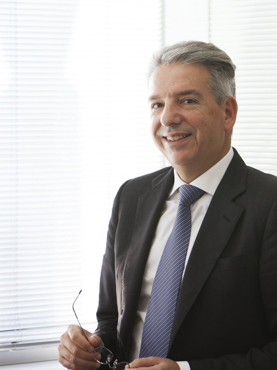 Diego Nardin CEO Fope con lentes en mano
