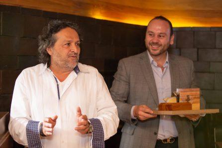 Adán Paredes hablando y David Weber sosteniendo el estuche con el reloj Oris Artix