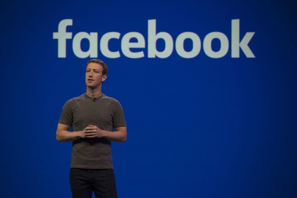 Mark Zuckerberg con el logo de Facebook en evento de aniversario