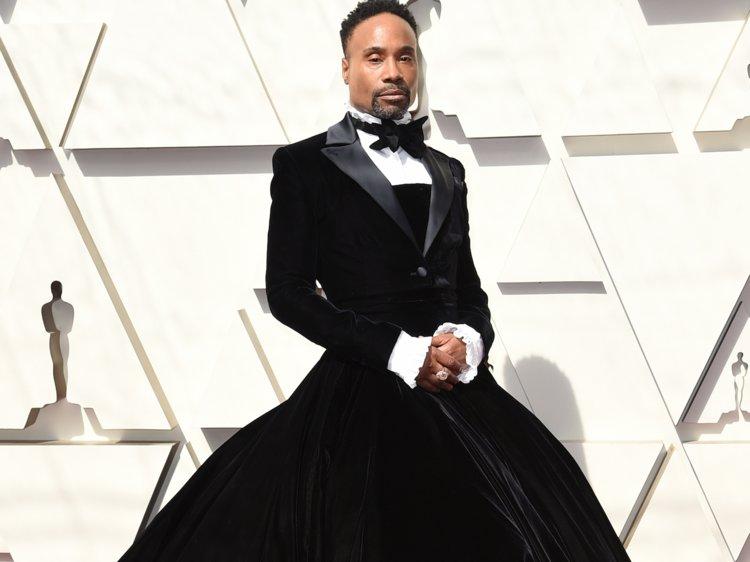 Billy Porter con vestido negro y blusa blanca con moño negro