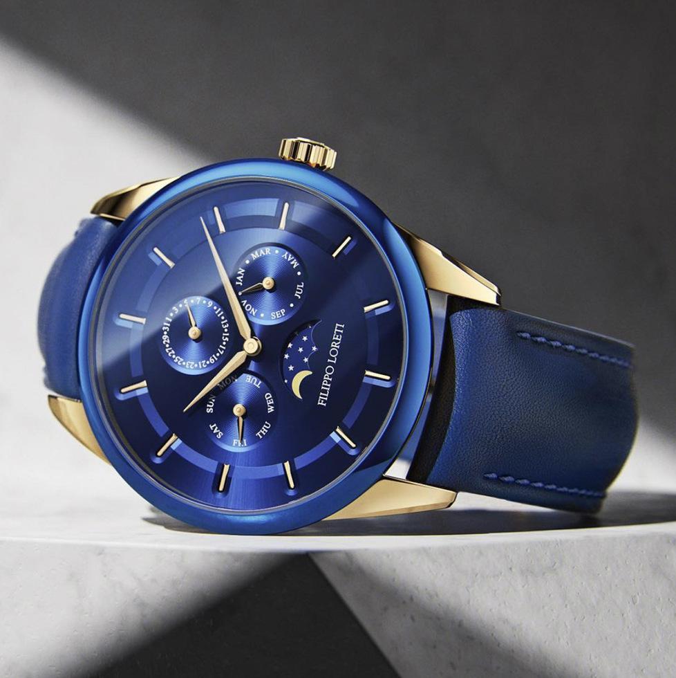 Reloj con correas azules, caratula en plateado con azul y dial azul