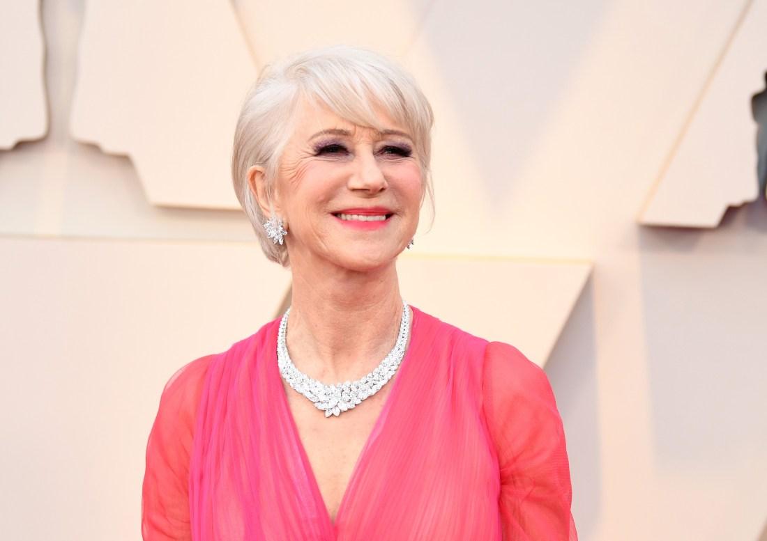 Helen Mirren con vestido rosa con collar y aretes con diamantes blancos